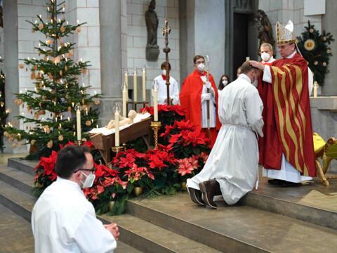 Durch Handauflegung und Gebet des Bischofs zu Diakonen geweiht: Filip Bäder und Manfred Selg. (Fotos: Nicolas Schnall / pba)