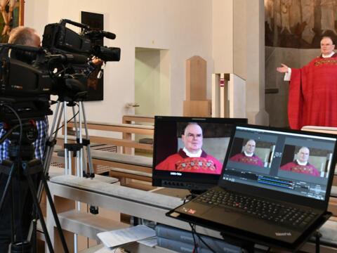 Mit unserem ernannten Bischof Meier gibt es täglich Eucharistiefeiern aus der Kapelle des Bischofshauses. (Foto: Daniel Jäckel / pba)