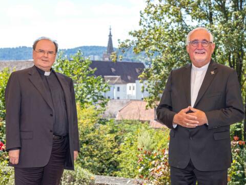 Vor malerischer Kulisse: Bischof Bertram und Bischof Gebhard begegnen sich in herzlicher Atmosphäre. (Foto: DRS / Jochen Wiedemann)