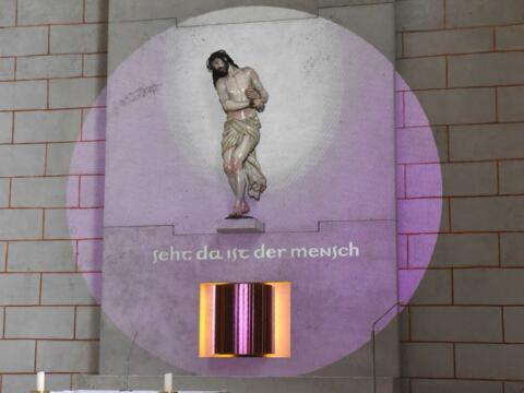 Lichtinstallation zur Ecce-Homo-Figur am Sakramentsaltar im Augsburger Dom. (Foto: Romana Kröling / pba)