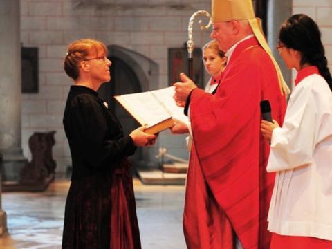 Aussendung in den kirchlichen Dienst: Bischof Konrad beauftragt neue Pastoralreferentinnen, Gemeindereferent/-innen und Pfarrhelferinnen