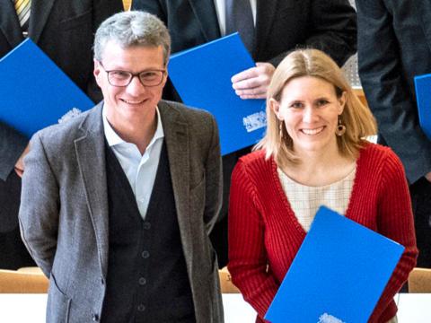 """Wissenschaftsminister Bernd Sibler zeichnete Dr. Sabine Konrad neben 14 weiteren Hochschullehrerinnen und -lehrern mit dem """"Preis für gute Lehre"""" aus. (Foto: Universität Passau)"""