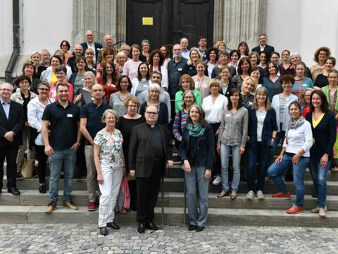 Dutzende Beraterinnen und Berater gemeinsam mit Seelsorgeamtsleiter Prälat Dr. Meier. (Foto: Nicolas Schnall / pba)