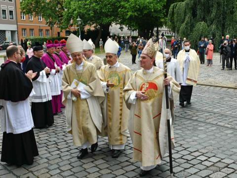 Klatschend heißen die Menschen ihren neuen Bischof, Dr. Bertram Meier, nach der Weihe willkommen. (Foto: Nicolas Schnall / pba)