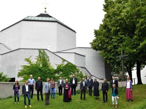 Die Mitglieder der neuen Bischöflichen Kommission für Liturgie vor der Hauskapelle des Haus Sankt Ulrich. (Foto: Nicolas Schnall / pba)