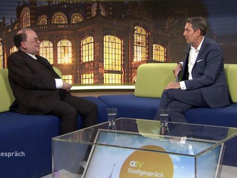 Jan Klukkert im Gespräch mit Bischof Bertram. (Foto: a.tv)
