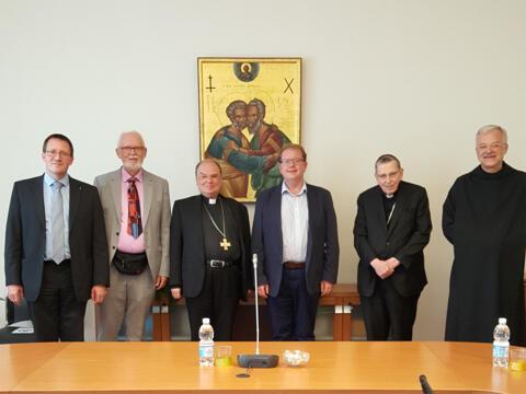 Als künftiger Leiter der katholischen Delegation traf sich Bischof Bertram im September bereits zu Vorgesprächen mit Mitgliedern des Dialogprozesses in den Räumen des Päpstlichen Einheitsrates, hier zusammen mit Kurt Kardinal Koch (2. v.r.). (Foto: PCPCU)