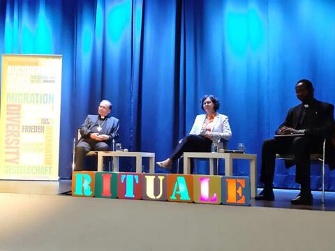 Podiumsdiskussion im Annahof (v.l.): Bischof Dr. Bertram Meier, Seelsorgeamtsleiterin Angelika Maucher und Abbé Felix Ouedraogo. (Foto: Anton Stegmair)