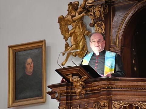 Als Diözesanadministrator predigte Dr. Bertram Meier im Januar 2020 neben dem Bild des Reformators in der evangelischen St. Ulrichskirche in Augsburg. (Archivfoto: Nicolas Schnall / pba)