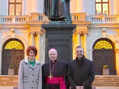 Bischof Konrad vor der restaurierten Albertus-Magnus-Statue gemeinsam mit Lauingens 1. Bürgermeisterin Katja Müller und Stadtpfarrer Raffaele De Blasi (Foto: Erwin Freudling)