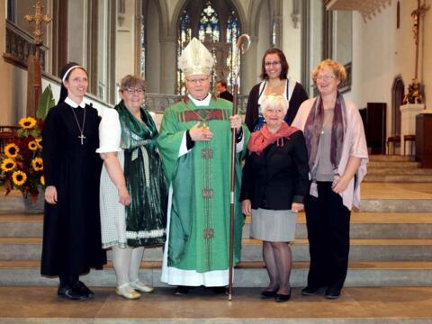 Die fünf neu ausgesandten pastoralen Mitarbeiterinnen gemeinsam mit Bischof Dr. Konrad Zdarsa. Von links: Sr. Paulin Kotas, Nicola Sedlak, Bischof Konrad, Martha Eichinger, Sibylle Göhring (hinten), Maria Ruf. (Foto: Annette Zoepf/pba)