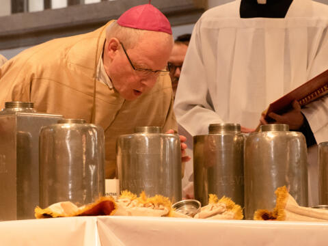 Bei der heutigen Chrisam-Messe weihte Bischof Konrad die heiligen Öle für alle Pfarreien des Bistums. (Foto: Barbara Löll / pba)
