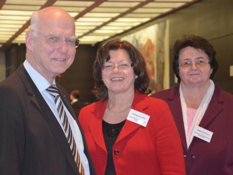 Die neu gewählte Diözesanratsvorsitzende Hildegard Schütz (Mitte) mit ihren beiden Stellvertretern Sieglinde Hirner und Max Weinkamm. (Foto: Johannes Müller/Kath. SonntagsZeitung)