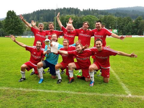 Grenzenloser Jubel: Das Team des Bistums Augsburg holt sich verdient den siebten Titel. (Foto privat)