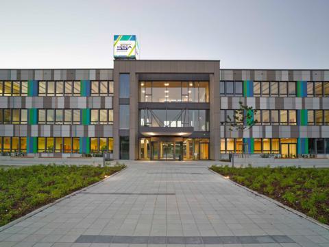 Außenaufnahme des Gebäudes der bisherigen Hermann-Schmid-Akademie. (Foto: Julia Schambeck)