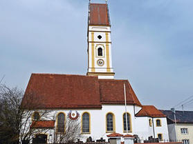 Die Pfarrkirche St. Peter und Paul in Petzenhausen. (Foto: BR)