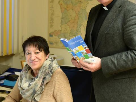 Centa Sattler und Pfarrer Dr. Ulrich Lindl von der Diözesanen Pilgerstelle. (Foto: Simone Zwikirsch / pba)