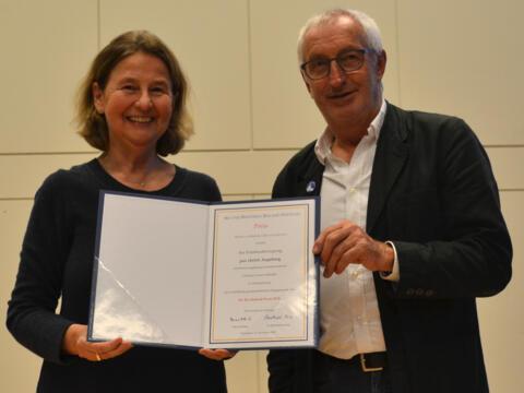 Nach 34 Jahren Friedensarbeit wurde Christian Artner-Schedler in den Ruhestand verabschiedet. Barbara Emrich (links) ist Mitglied im Vorstand. (Foto: pax christi)