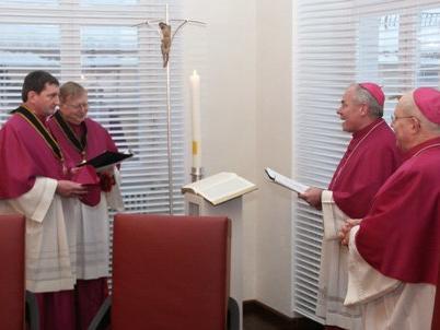 Walter Schmiedel (links) wurde vor den Mitgliedern des Domkapitels, darunter Domdekan Prälat Dr. Dietmar Bernt (2.v.l.) und Dompropst Weihbischof Dr. Dr. Anton Losinger (3.v.l.), und Bischof Dr. Konrad Zdarsa auf die Statuten vereidigt.