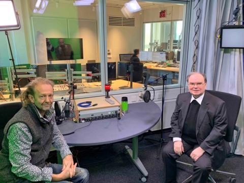 """Im Studiogespräch: Der ernannte Bischof Bertram Meier mit dem BR-Kollegen von """"Mittags in Schwaben"""" (Foto: BR / Tina Buchta)."""