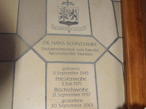 Eine Gedenktafel in der Pfarrkirche St. Georg in Pressath erinnert an den bekannten Sohn der Pfarrei. (Foto wikimedia DALIBRI)
