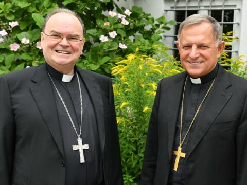 Freundschaftliches Treffen in Augsburg: Der Erzbischof von Lwiw (Lemberg), Miecislaus Mokrzycki (rechts), mit Bischof Dr. Bertram Meier (Foto: Ulrich Bobinger / pba).