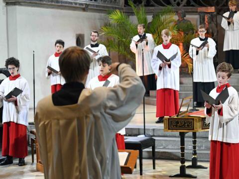 Die Augsburger Domsingknaben unter der Leitung von Domkapellmeister Stefan Steinemann eröffneten die 24-stündige Andacht musikalisch. (Foto: Nicolas Schnall / pba)