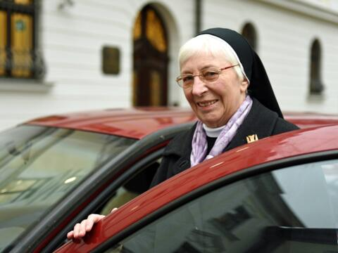 Zuverlässiger Begleiter: Mit ihrem roten Golf fährt Schwester Esther durch das Bistum und über dessen Grenzen hinaus. (Foto: Nicolas Schnall / pba)