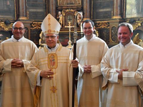 Nach der Weihe in der Sakristei der Ulrichsbasilika (v.l.): Franz Pemsl, Bischof Dr. Konrad Zdarsa, Martin Lehmann, Franz Eduard Schmidt (Foto: Nicolas Schnall / pba)