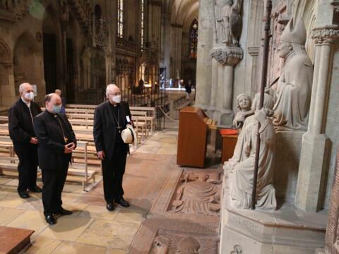 Gebet am Grab von Bischof Johann Michael Sailer, der aus Aresing im Bistum Augsburg stammt. (Foto: Veit Neumann)