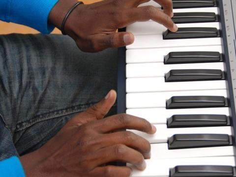 Angekommen: Ahmed im Musikraum der Wohngruppe in Bühl. Fotos: KJF/Karg