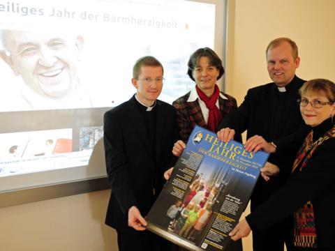 Präsentieren das Programm zum Heiligen Jahr im Bistum Augsburg: (v.l.) Domvikar Martin Riß, Dr. Veronika Ruf, Weihbischof Florian Wörner und Prof. Gerda Riedl. (Foto: pba/Nicolas Schnall)