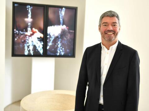 Dekan Helmut Haug in der Taufkapelle der Moritzkirche, im Hintergrund eine von vier bis September ausgestellten Videoinstallationen des Künstlers Bill Viola. (Foto: Nicolas Schnall / pba)