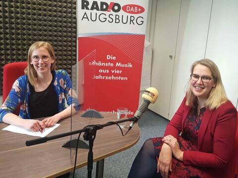 Moderatorin Katharina van der Beek im Gespräch mit Moraltheologin Kerstin Schlögl-Flierl. (Foto: RADIO AUGSBURG)