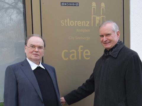 Domdekan Dr. Bertram Meier (links) und Stadtpfarrer Dr. Bernhard Ehler konnten gestern auf das zehnjährige Bestehen des Cityseelsorge-Cafés zurückblicken. (Foto: Sabine Verspohl-Nitsche/pdke)