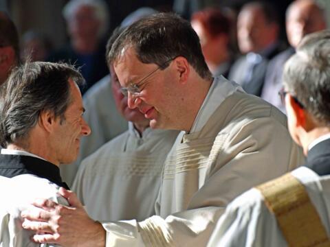 Starke Gemeinschaft: Zwei Diakone beim Friedensgruß während der Weiheliturgie. (Archivfoto: Nicolas Schnall / pba)