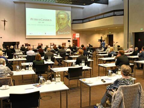 Live vor Ort und an den Bildschirmen verfolgten die Teilnehmer die Ausführungen der drei Referenten über Petrus Canisius. (Fotos: Nicolas Schnall / pba)