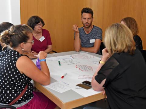 In Kleingruppen erarbeiteten die Teilnehmer des Werkstattnachmittags Werbestrategien für pastorale Berufe. (Fotos: Simone Zwikirsch/pba)