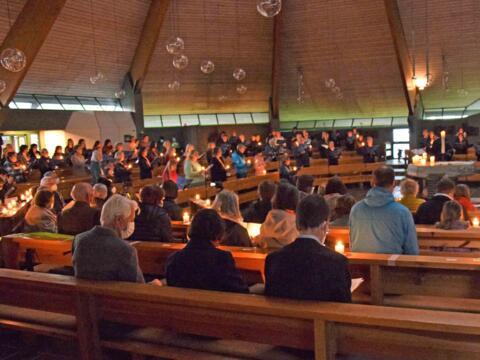 Beim Lied zu Ehren der heiligen Clara, Santa Chiara, entzündeten alle Anwesenden ein Licht. (Fotos: Verspohl-Nitsche / pdke)