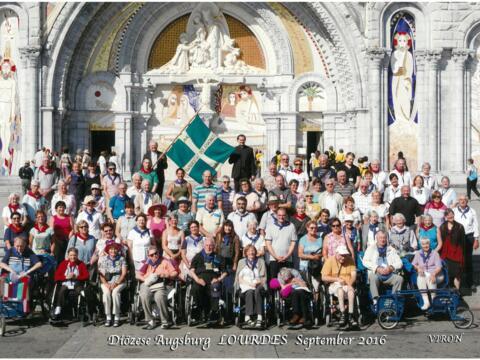 Die Teilnehmer der Diözesanwallfahrt 2016 vor der Rosenkranzbasilika in Lourdes. (Foto: Diözesan-Pilgerstelle)