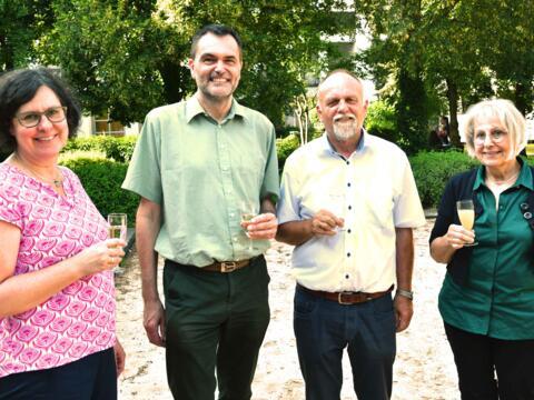 Fröhliches Fest im Garten des Hauses Tobias: Angelika Maucher, Pfr. Rainer Hartmann, Dr. Gerhard Kellner und Maria Fath (v. l.) (Foto: Ulrich Bobinger / pba).