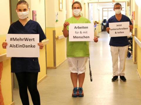 """Mitarbeiterinnen und Mitarbeiter, die sich für die Unterstützung der Petition """"Mehr wert als ein Danke"""" stark machen. (Foto: Regens Wagner Lautrach)"""