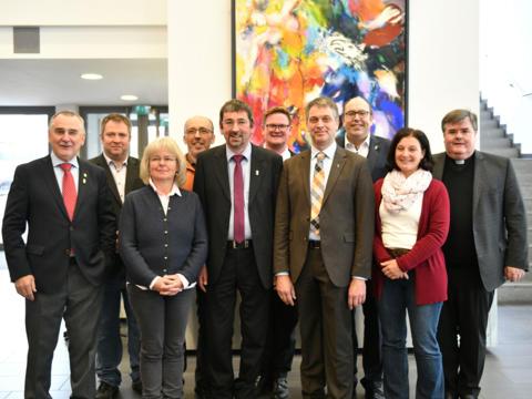 Die Diözesangemeinschaft der Mesnerinnen und Mesner wählten in Mindelheim ihren Vorstand neu: (v.l.) Karl Müller (Ehrenvorsitzender), Stefan Hauke (Beisitzer), Maria Fröhlich (Beisitzerin), Raimund Lux (Schriftführer), Klaus Probst (Diözesanleiter), Martin Harvolk (Kassier), Thorsten Poth (1. Stellvertreter), Gerhard Heinisch (2. Stellvertreter), Sylvia Sigl (Beisitzerin), Domkapitular Harald Heinrich (Diözesanpräses) (Foto: Julian Schmidt / pba)