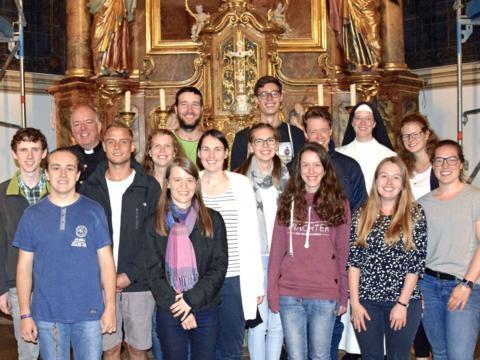 Die jungen Missionare gemeinsam mit Pfarrer Florian Rapp (3.v.l.), Leiter der Pfarreiengemeinschaft Grünten. (Foto: Verspohl-Nitsche)