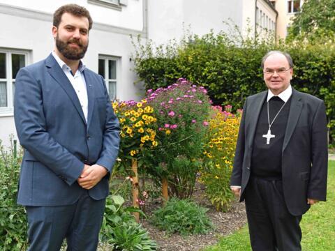 Gemeinsam für das Bewahren der Schöpfung: Bischof Bertram zusammen mit Klimaschutzmanager Max Markmiller (Foto: Nicolas Schnall / pba)