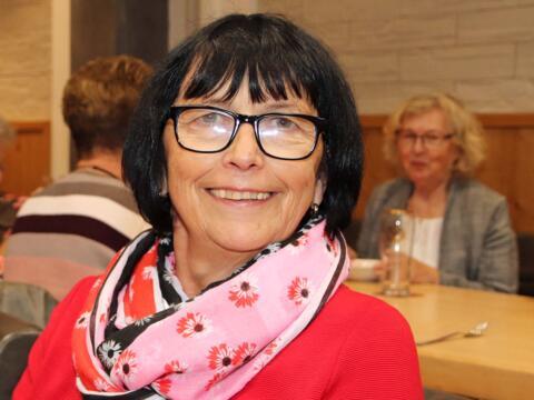 Viktoria Mayer (72) ist glücklich, da sie als Sammlerin der Caritas ein gutes Werk tun kann. (Foto: Karin Pill / Caritas Augsburg)