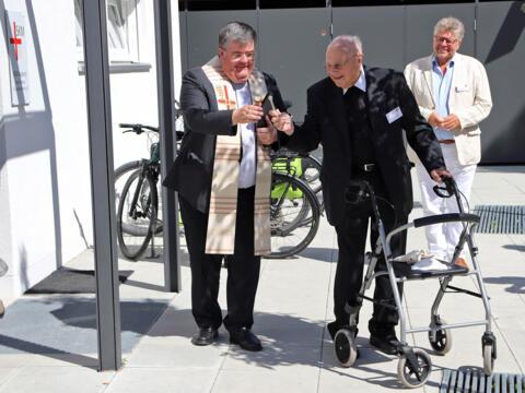 Segnung des Georg-Beis-Hauses mit Generalvikar Heinrich und dem 96-jährigen Namensgeber der Wohnanlage. (Fotos: Bernhard Gattner / Caritas Augsburg)