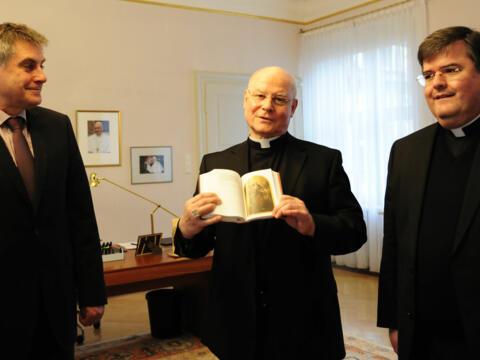 Neues Gotteslob: Bischof Konrad erhält erstes Exemplar