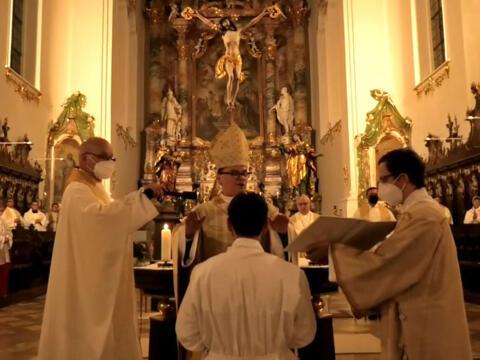 Bischof Bertram spricht das Weihegebet. (Foto: Livestream Kloster Roggenburg)