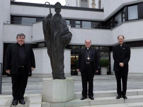 Bischof Bertram zusammen mit dem ehemaligen (l.) und dem amtierenden Generalvikar (r.). (Fotos: Annette Zoepf / pba)